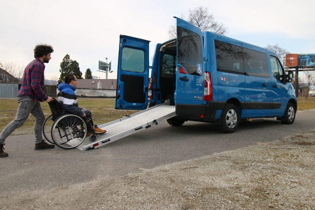 Upravený automobil s mechanickou nájazdovou rampou pre vozičkárov