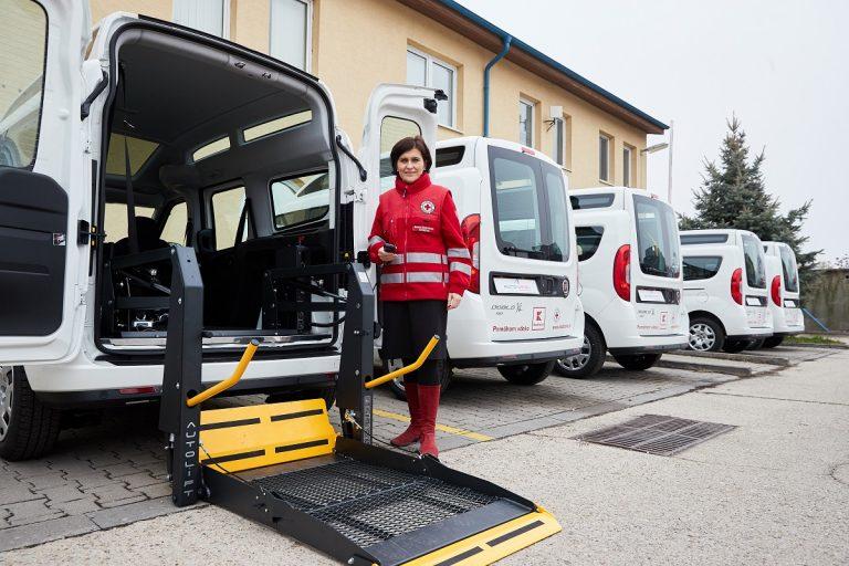 Upravené vozidlá s plošinou pre vozičkárov pre Červený križ