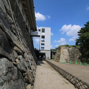 Samostatný postavený výťah z boku budovy