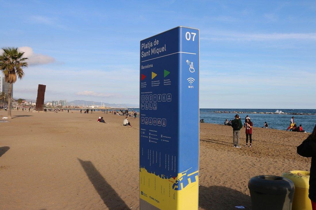 Informačná tabuľa na pláži so vstupom pre hendikepovaných v Barcelone.