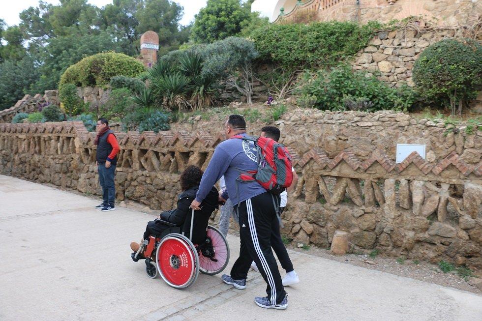 Turisti na prechádzke v Parku Güell