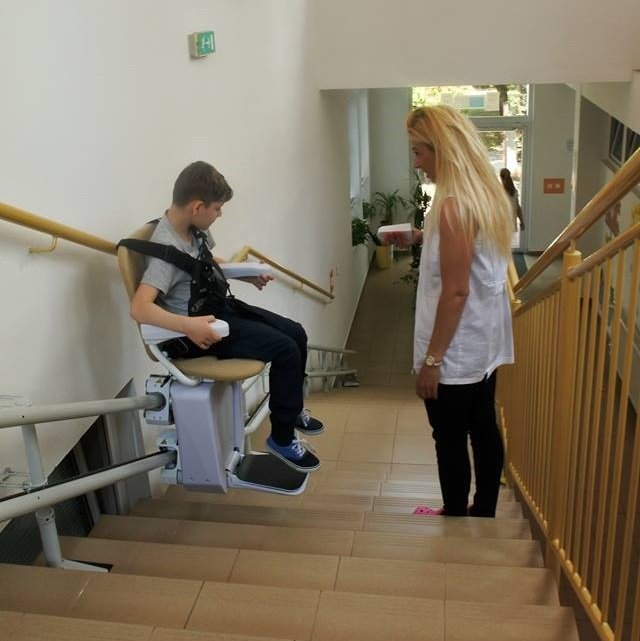 Stoličkový výťah pre deti v škole