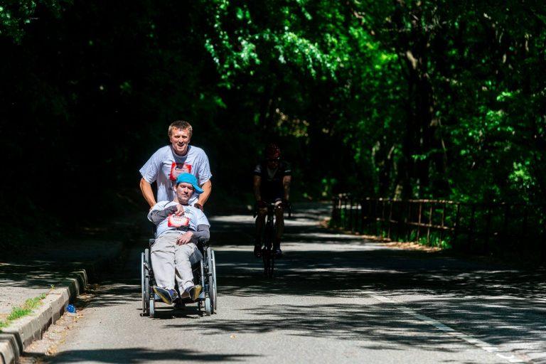 Jozef Griač s asistentom počas behu Wing for Life Foto: archvív