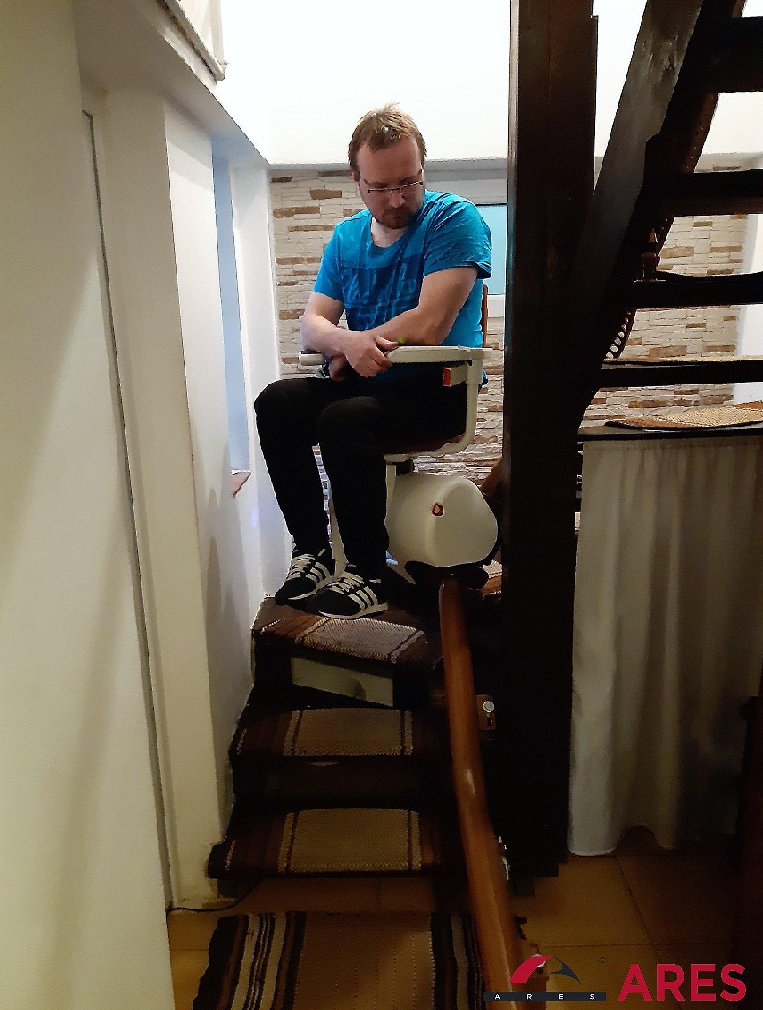 Klient sa vezie na svojom stoličkovom výťahu   ARES